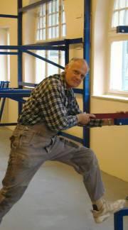 Heinz Lindecke bei der Montage in der Halle. Foto: H. Thiergärtner