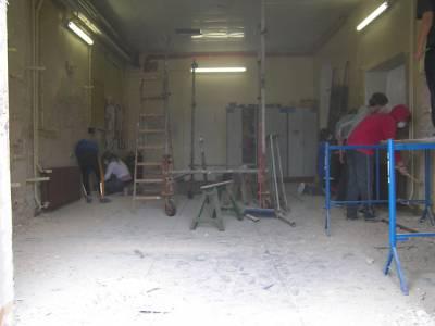 Jugendgruppe bei der Renovierung des zukünftigen Kraftraums. Foto: Liane Bleicke